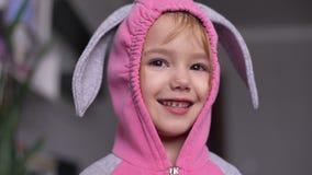 Портрет милой маленькой девочки одел в костюме зайчика пасхи акции видеоматериалы