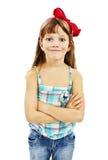 Портрет милой маленькой девочки стоя с сложено стоковые изображения