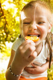 Портрет милой маленькой девочки с леденцом на палочке Стоковое Изображение