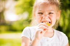 Портрет милой маленькой девочки с леденцом на палочке Стоковое фото RF