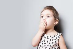 Портрет милой маленькой удивленной девушки стоковые фото