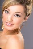 Портрет милой молодой блондинкы, на серой предпосылке Стоковое фото RF