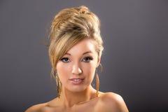 Портрет милой молодой блондинкы, на серой предпосылке Стоковое Изображение