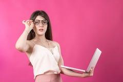 Портрет милой молодой женщины с компьтер-книжкой Стоковая Фотография