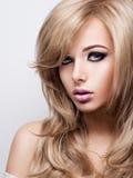 Портрет милой молодой женщины с ярким составом Красивый br Стоковое Изображение