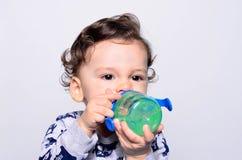 Портрет милой питьевой воды малыша от бутылки Стоковое Фото