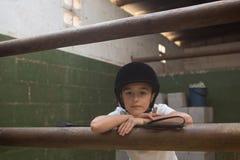 Портрет милой склонности девушки на штанге Стоковое фото RF