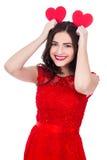 Портрет милой смешной женщины в красном платье держа бумагу 2 слышит Стоковые Фото