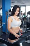 Портрет милой тренировки девушки на специальном оборудовании спорта в g Стоковое фото RF