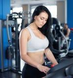 Портрет милой тренировки девушки на специальном оборудовании спорта в g Стоковые Фотографии RF