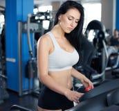 Портрет милой тренировки девушки на специальном оборудовании спорта в g Стоковая Фотография RF