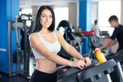 Портрет милой тренировки девушки на специальном оборудовании спорта в g Стоковое Изображение RF