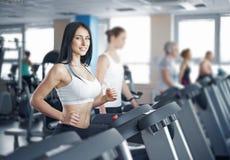 Портрет милой тренировки девушки на специальном оборудовании спорта в g Стоковое Фото