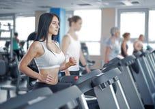 Портрет милой тренировки девушки на специальном оборудовании спорта в g Стоковые Изображения
