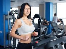 Портрет милой тренировки девушки на специальном оборудовании спорта в g Стоковые Изображения RF