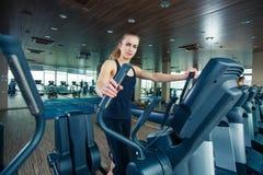 Портрет милой тренировки девушки на специальном спорте Стоковые Изображения