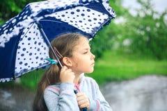 Портрет милой унылой девушки с зонтиком Стоковые Фото