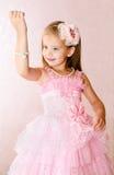 Портрет милой усмехаясь маленькой девочки в платье принцессы Стоковые Изображения