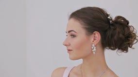 Портрет милой, чувственной женщины с красивым составом и элегантного стиля причёсок акции видеоматериалы