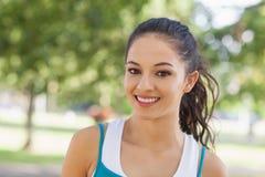 Портрет милой sporty женщины представляя в парке Стоковое Фото