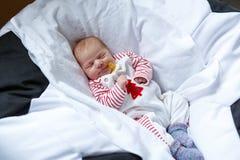 Портрет милый прелестный newborn спать ребёнка Стоковое Изображение