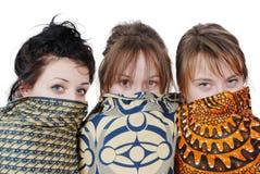 Портрет 3 милых девушек с шарфами стоковая фотография rf