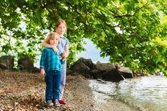Портрет милых детей имея потеху дальше outdoors Стоковые Фотографии RF