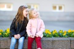 Портрет 2 милых маленьких сестер outdoors Стоковое Изображение