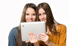 Предназначенные для подростков девушки компьютер таблетки. Стоковое Изображение RF