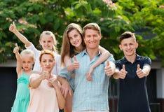 Портрет многодетной семьи 6 больших пальцев руки положения и удерживания вверх Стоковое Фото