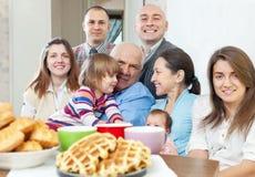 Портрет многодетной семьи дома Стоковое Изображение RF