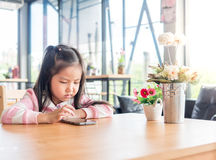 Портрет мобильного телефона игры маленькой девочки Азии милого Стоковое Фото