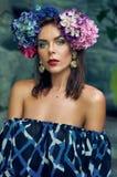 Портрет модной женщины в голубой верхней части в джунглях Модное фото стоковая фотография