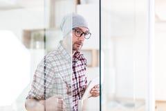 Портрет модных архитектора или дизайнера с дверью офиса прибора планш стоковое фото rf