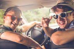 Портрет 2 модных парней сидя в автомобиле готовом для того чтобы путешествовать Стоковые Изображения