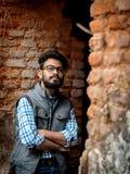 Портрет моды бородатого Гай на фронте старого buildingTAKI RAJBARI стоковые фотографии rf