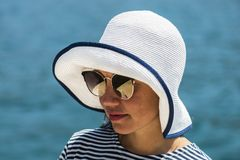 Портрет моды конца-вверх солнечный милой молодой женщины нося большую винтажную элегантную шляпу и молодые солнечные очки, наслаж стоковое фото rf