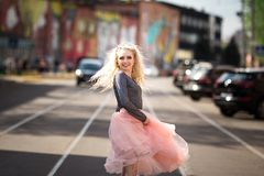 Портрет моды образа жизни лета молодой стильной женщины битника идя на улицу Стоковое Изображение