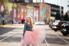 Портрет моды образа жизни лета молодой стильной женщины битника идя на улицу Стоковая Фотография