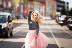 Портрет моды образа жизни лета молодой стильной женщины битника идя на улицу Стоковые Изображения