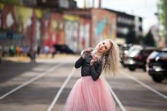 Портрет моды образа жизни лета молодой стильной женщины битника идя на улицу Стоковые Фото