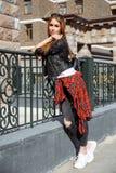 Портрет моды образа жизни лета солнечный молодой стильной женщины идя на улицу, нося милого ультрамодного обмундирования битника, Стоковые Изображения