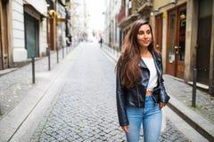 Портрет моды образа жизни лета солнечный молодой стильной женщины идя на улицу Стоковые Фотографии RF