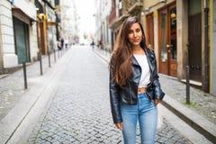 Портрет моды образа жизни лета солнечный молодой стильной женщины идя на улицу Стоковое Изображение