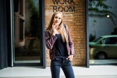 Портрет моды образа жизни лета солнечный молодой стильной женщины идя на улицу, нося милого ультрамодного обмундирования Стоковое Изображение RF