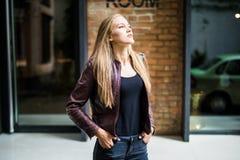 Портрет моды образа жизни лета солнечный молодой стильной женщины идя на улицу, нося милого ультрамодного обмундирования Стоковое Изображение