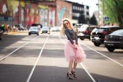 Портрет моды образа жизни лета солнечный молодой стильной женщины битника идя на улицу Стоковые Фотографии RF