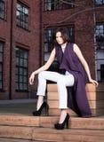 Портрет моды улицы красивой молодой женщины в фиолетовом платье и белых брюках стоковые фотографии rf