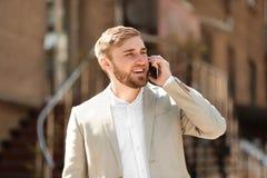 Портрет молодого бизнесмена говоря на телефоне Стоковое фото RF