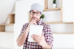 Портрет молодого бизнесмена держа цифровой планшет на современном офисе стоковая фотография rf
